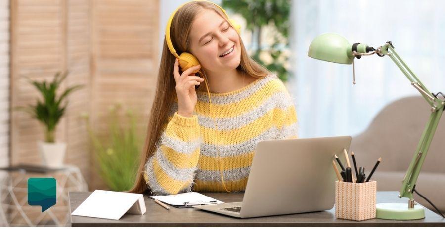 Foto de uma menina aproveitando as vantagens do Blended Learning: estudando em casa.